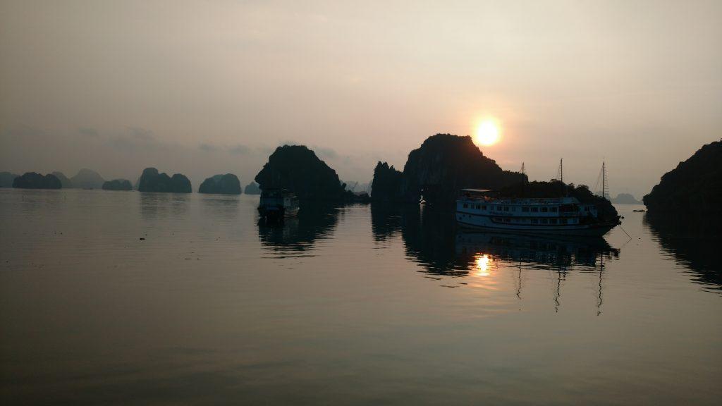 Halong-Bay-Sun-Rise-Impressions-Vietnam